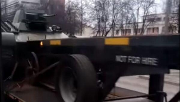 Пикап перевозит танк по улицам Гомеля - Sputnik Беларусь