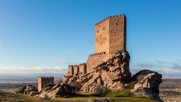 Замок Сафра XIII века, расположенный в испанской провинции Гвадалахара - Sputnik Беларусь