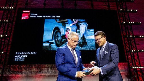 Победитель World Press Photo 2019 Awards фотограф Джон Мур получает награду от голландского принца Константина  - Sputnik Беларусь