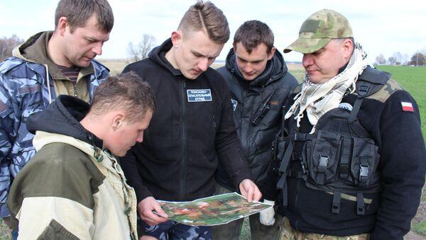 ПСО Ангел прочесывает сложную местность вокруг деревни - Sputnik Беларусь