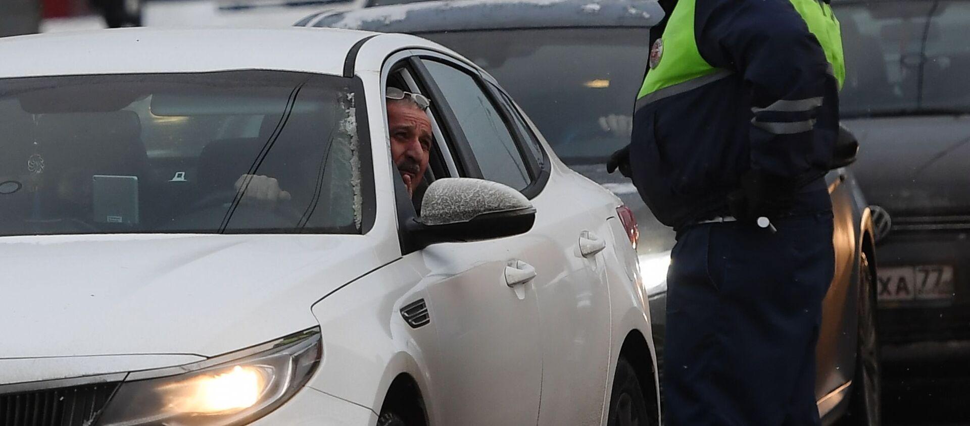 Сотрудник ДПС разговаривает с водителем автомобиля - Sputnik Беларусь, 1920, 22.02.2021