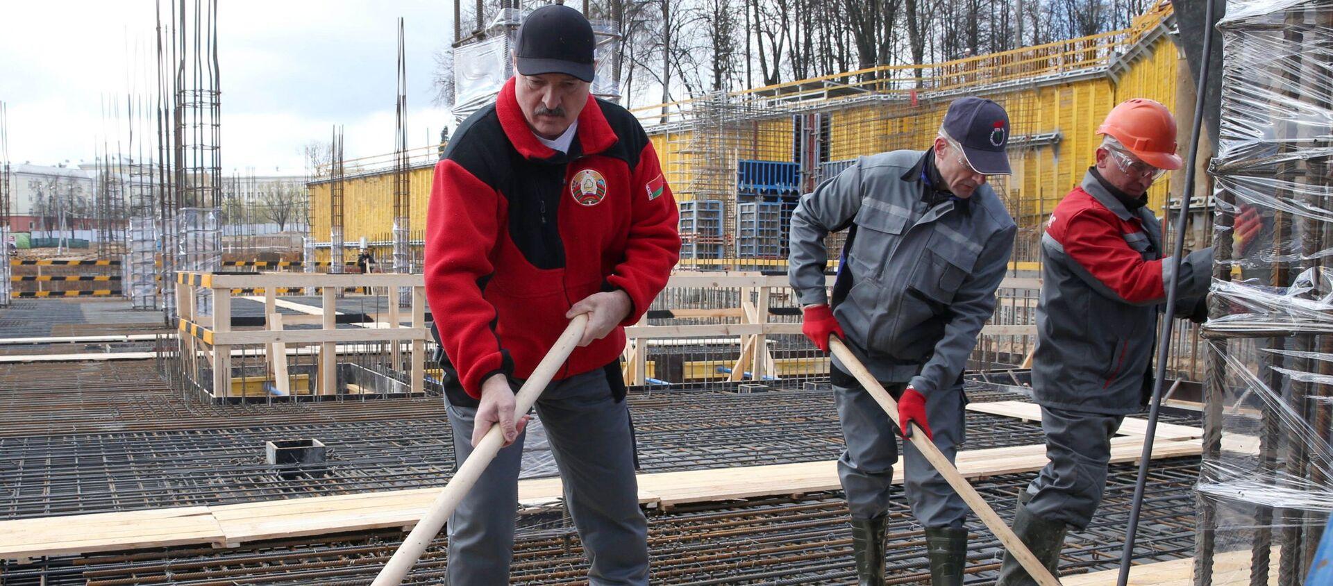 Александр Лукашенко на субботнике - во время реконструкции стадиона Динамо - Sputnik Беларусь, 1920, 17.04.2021
