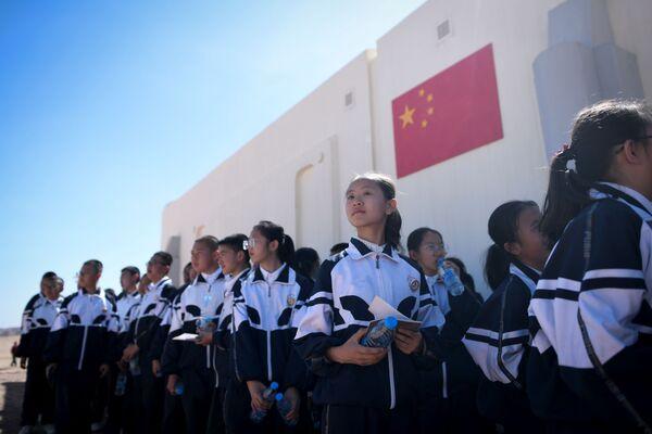 Группа детей во время визита на китайскую базу Mars Base 1, расположенную в пустыне Гоби в китайской провинции Ганьсу - Sputnik Беларусь