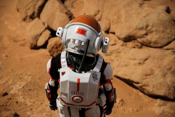 Экскурсовод в скафандре на китайской базе Mars Base 1, расположенной в пустыне Гоби в китайской провинции Ганьсу - Sputnik Беларусь