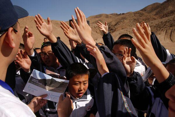 Ученики дружно тянут руку, чтобы ответить на вопрос экскурсовода на симуляционной базе Mars Base 1 - Sputnik Беларусь