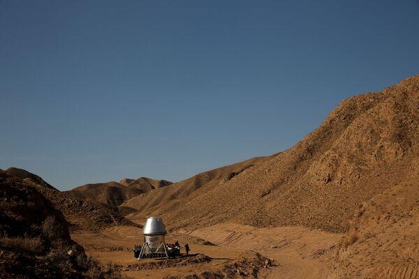 Ученики осматривают космическую капсулу на симуляционной базе в пустыне Гоби - Sputnik Беларусь