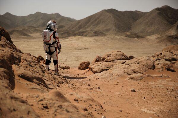 Экскурсовод в скафандре на китайской базе Mars Base 1, расположенной в пустыне Гоби - Sputnik Беларусь