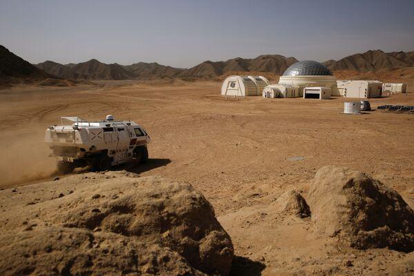 Электрический полноприводный автомобиль, предназначенный для поездок по исследованию воображаемой поверхности Марса - Sputnik Беларусь