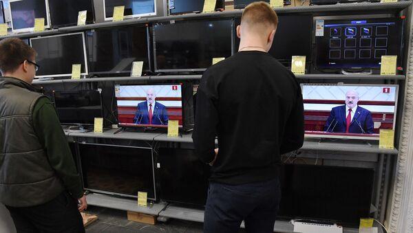 Люди слушают послание президента в ГУМе - Sputnik Беларусь