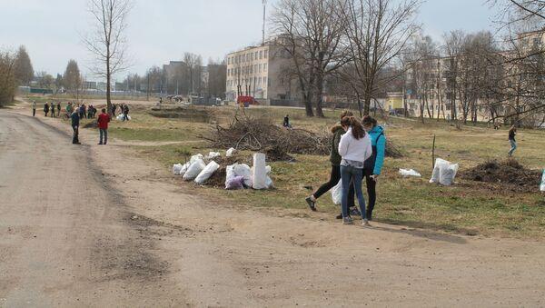 Ученики с небольшого участка собрали много мусора - Sputnik Беларусь