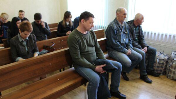 На приговор все трое обвиняемых приехали с вещами, которые были в больших клетчатых сумках - Sputnik Беларусь