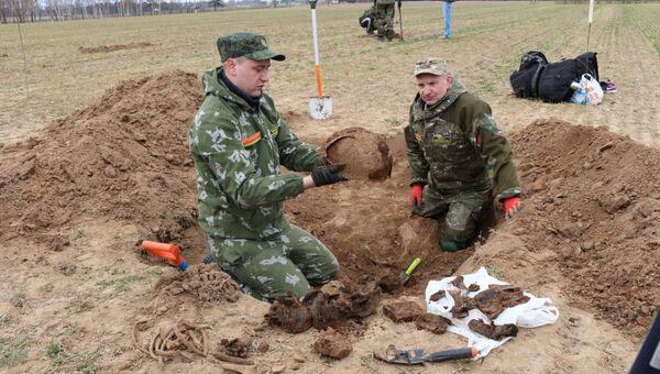 Раскопки на месте гибели бойцов батальона МВД - Sputnik Беларусь