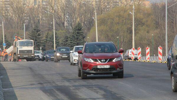 Машины в Минске на мосту через Свислочь - Sputnik Беларусь