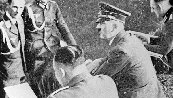 Галоўны ад'ютант Гітлера генерал пяхоты Рудольф Шмундт (першы злева), фюрэр Адольф Гітлер (другі справа) - Sputnik Беларусь