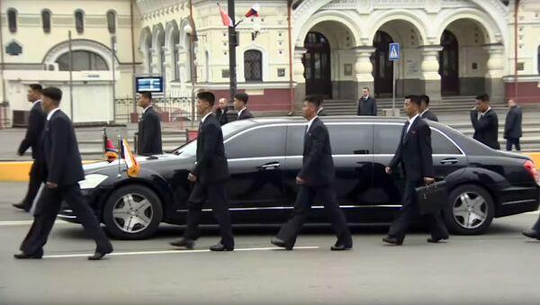 Охранники Ким Чен Ына бегут за его машиной - Sputnik Беларусь