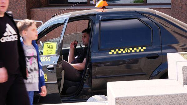 Водитель такси в ожидании пассажиров - Sputnik Беларусь