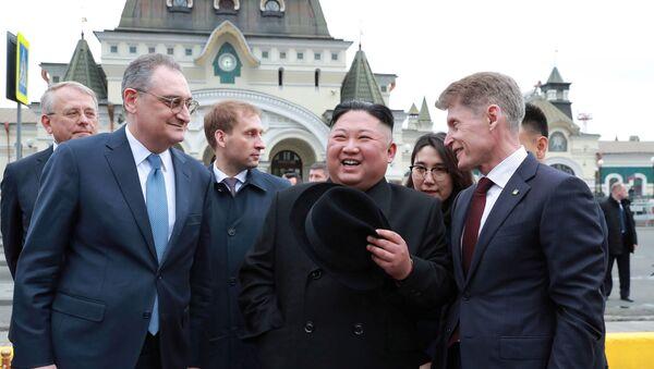 Лидер КНДР Ким Чен Ын на торжественной церемонии встречи во Владивостоке - Sputnik Беларусь