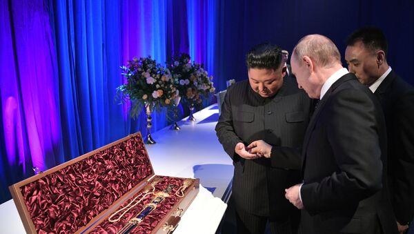 Владимир Путин и Ким Чен Ын обменялись подарками - Sputnik Беларусь