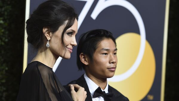 Актриса Анджелина Джоли и ее  сын Мэддокс - Sputnik Беларусь