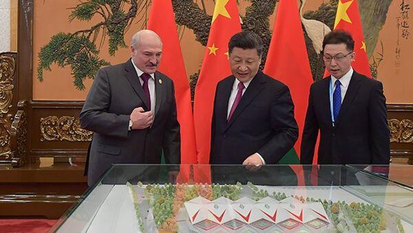 Си Цзиньпин показал Александру Лукашенко макеты Национального футбольного стадиона и бассейна - Sputnik Беларусь