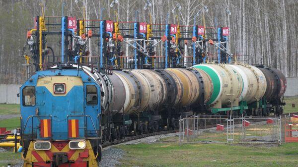 Поезд на железнодорожном терминале доставки бензина на нефтебазу - Sputnik Беларусь