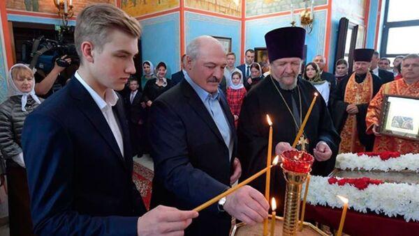 Президент Беларуси Александр Лукашенко на Пасху посетил храм в Логойском районе - Sputnik Беларусь