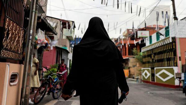 Женщина в хиджабе на улице в Коломбо (Шри-Ланка) - Sputnik Беларусь