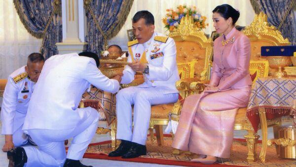 Король Маха Ваджиралонгкорн и его супруга генерал Сутида Ваджиралонгкорн на своей свадебной церемонии в Бангкоке - Sputnik Беларусь