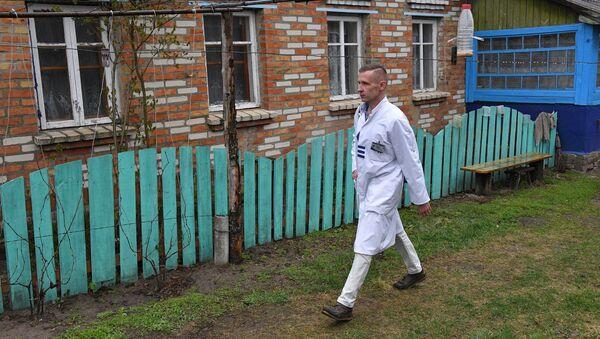 Сельский врач идет на вызов, архивное фото - Sputnik Беларусь