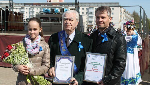 Михаил Сачек с внуком и правнучкой на вручении благодарности трудовой династии - Sputnik Беларусь