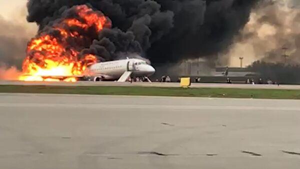 В Шереметьево загорелся пассажирский самолет. Съемка очевидца - Sputnik Беларусь