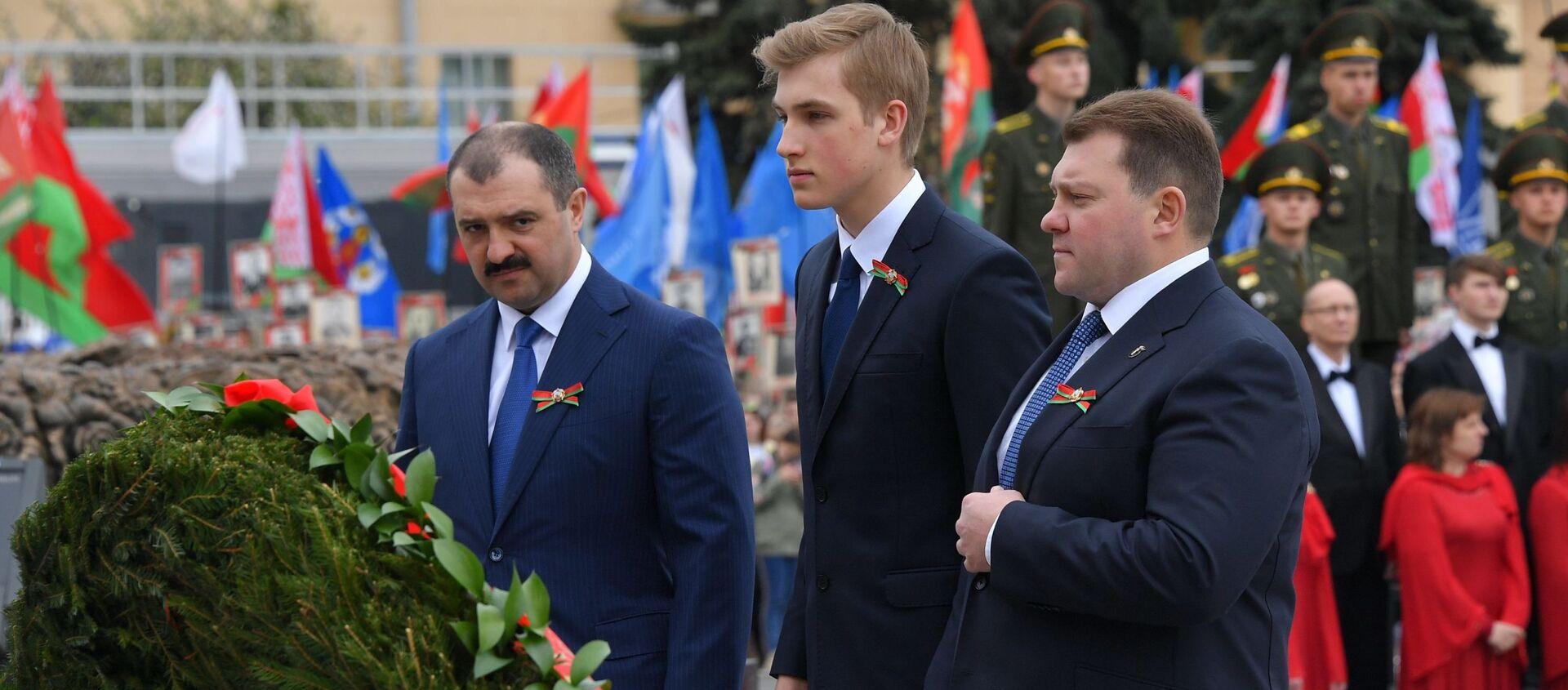 Николай Лукашенко со старшими братьями 9 Мая в Минске - Sputnik Беларусь, 1920, 17.04.2021