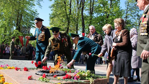 Цырымонія ўскладання кветак праходзіла ў парку Жылібера каля помніка загінулым у Вялікай Айчыннай вайне - Sputnik Беларусь