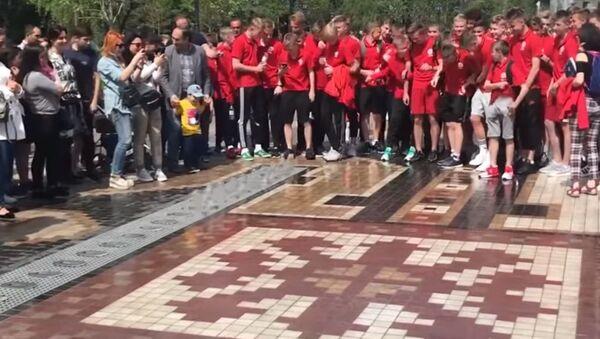 Юные футболисты из Беларуси зарядились в парке Еревана перед игрой - Sputnik Беларусь