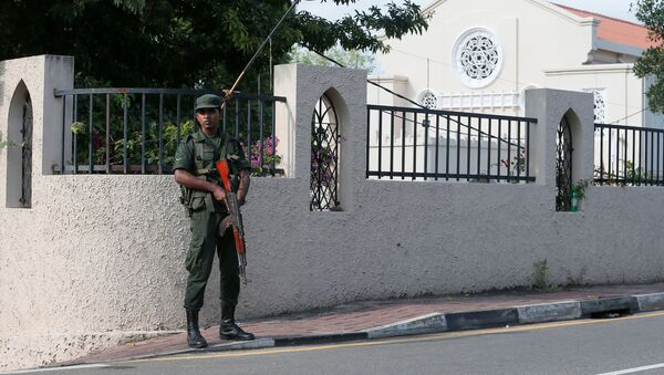 Военнослужащий возле католического храма на Шри-Ланке - Sputnik Беларусь