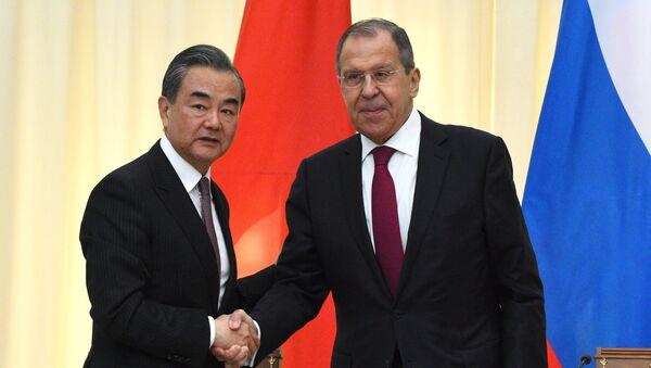 Министр иностранных дел России Сергей Лавров (справа) и министр иностранных дел Китая Ван И  - Sputnik Беларусь