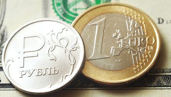 Монеты номиналом один рубль, один евро на банкноте один доллар США. - Sputnik Беларусь