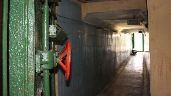 Толстая металлическая дверь в случае тревоги намертво запиралась, изолируя личный состав и командный пункт бункера от внешнего мира - Sputnik Беларусь