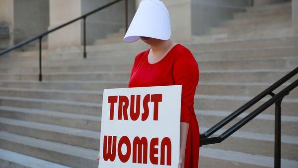 Женщина в США протестует против запрета абортов - Sputnik Беларусь
