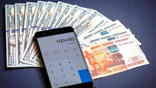 Калькулятар, купюры амерыканскіх долараў і расійскіх рублёў. - Sputnik Беларусь
