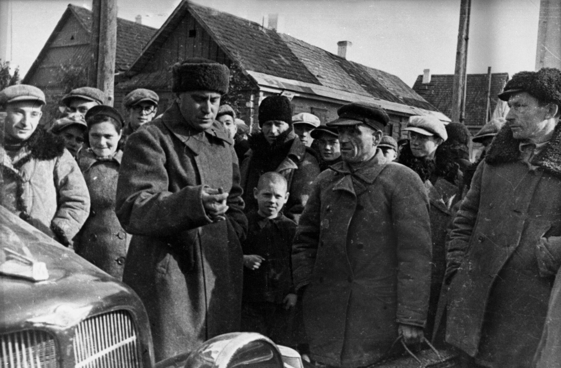 Писатель Валентин Катаев, служивший в этих местах, беседует с жителями города Сморгонь, 1939 год - Sputnik Беларусь, 1920, 17.09.2021