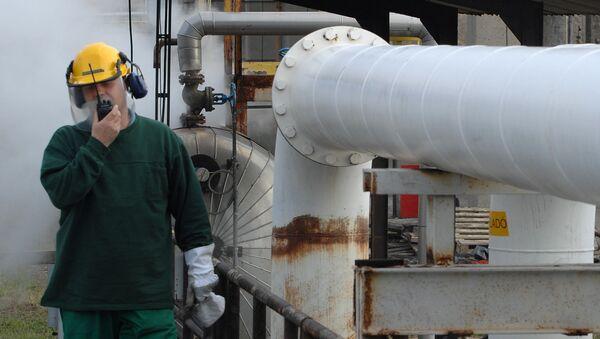 Инженер Венгерской нефтегазовой компании разговаривает по рации, проверяя нефтепровод Дружба - Sputnik Беларусь