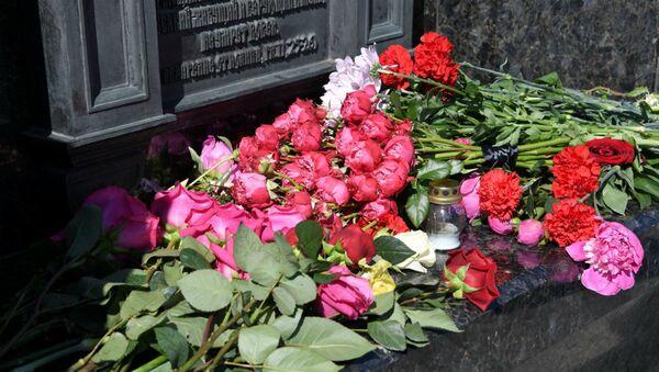 Цветы у памятника погибшие в давке на Немиге - Sputnik Беларусь