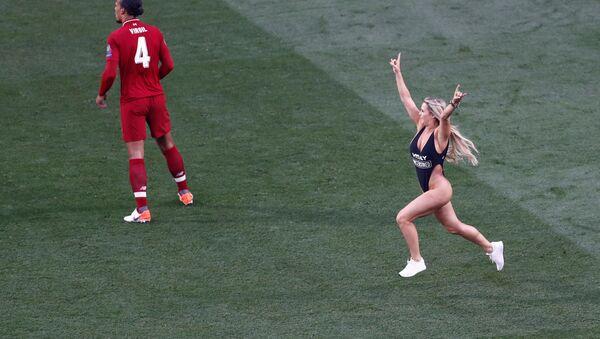 Полуголая модель выбежала на поле во время финала Лиги чемпионов - Sputnik Беларусь