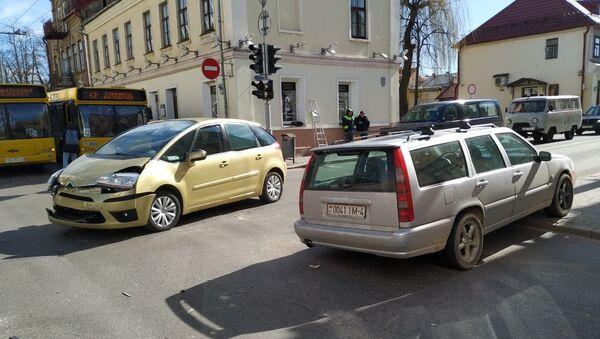 Авария более чем на час заблокировала движение на перекрестке улиц Социалистической и Кирова - Sputnik Беларусь