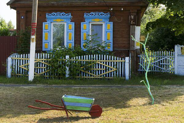 Суседзі спаборнічаюць, але замест сварак яны выкарыстоўваюць фарбы і фантазію.  - Sputnik Беларусь