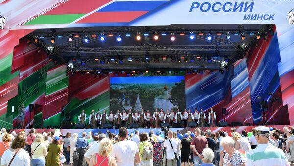 Больш за 10 тысяч чалавек у Мінску сталі гледачамі канцэрта да Дня Расіі - Sputnik Беларусь