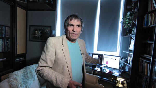 Бари Алибасов в своей квартире - Sputnik Беларусь