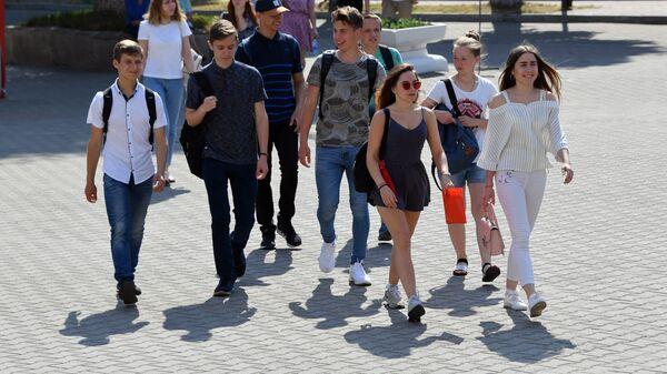 В главном корпусе БГУ белорусский язык сегодня сдали около тысячи ребят - Sputnik Беларусь