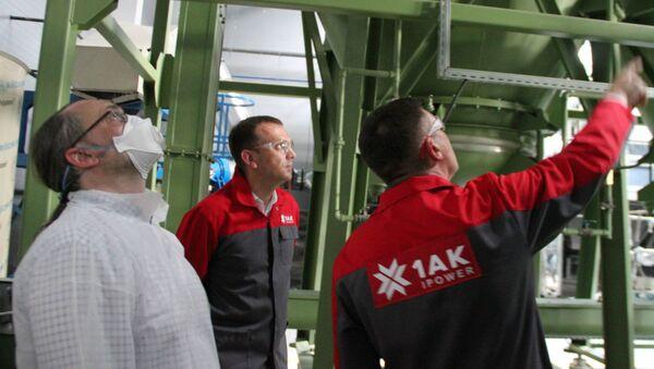 Владислав Абрамович (слева) - один из активистов, которые выступают против завода, побывал на производстве - Sputnik Беларусь